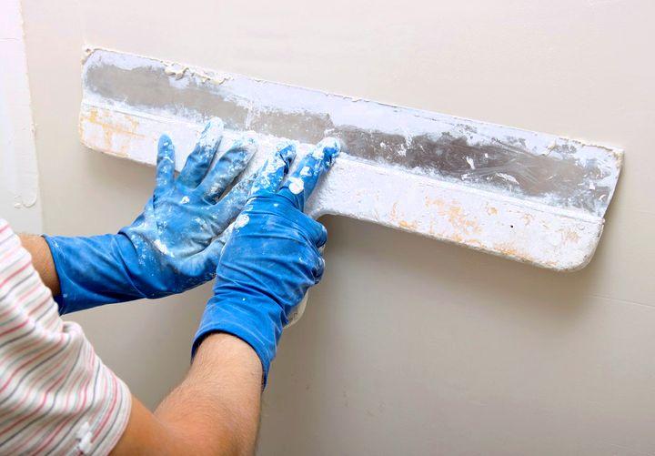Гипсовой шпаклевкой можно идеально выровнять стену