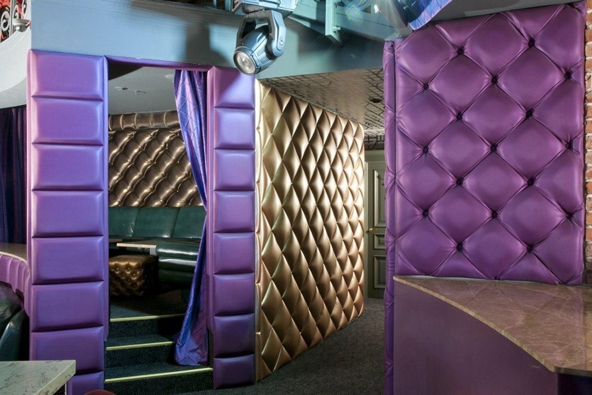 Мягкие стены и мебель в кафе это красиво и практично
