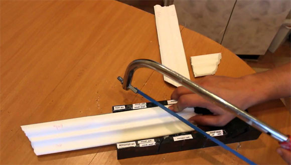 Подрезка плинтуса ножовкой по металлу