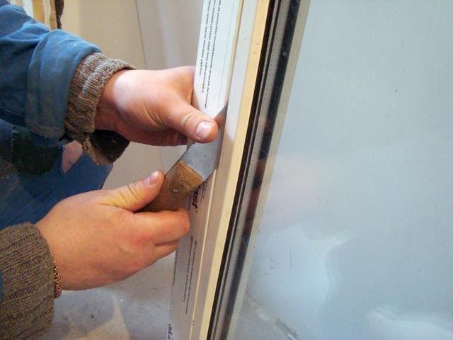 Демонтаж штапиков на балконной двери