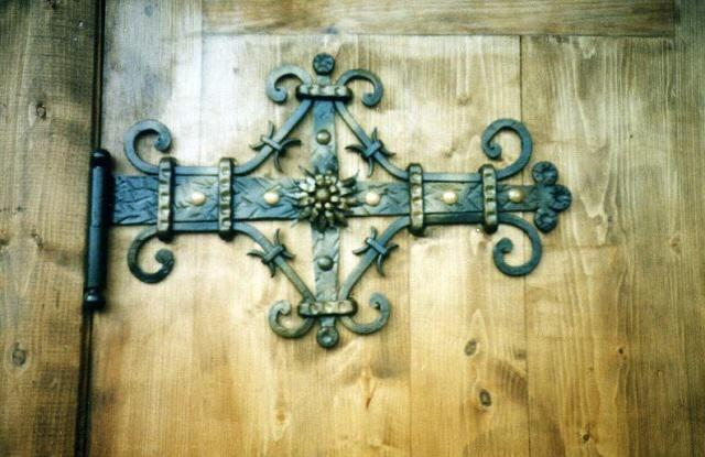 Кованый навес на деревянной двери
