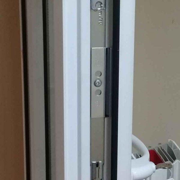 Стальная планка на дверной створке