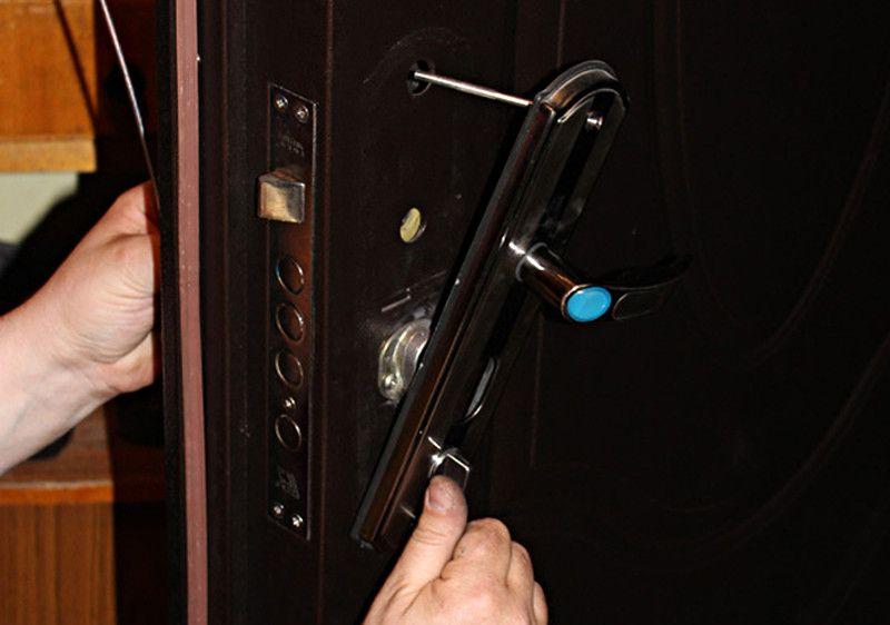 Как открутить накладку дверного замка