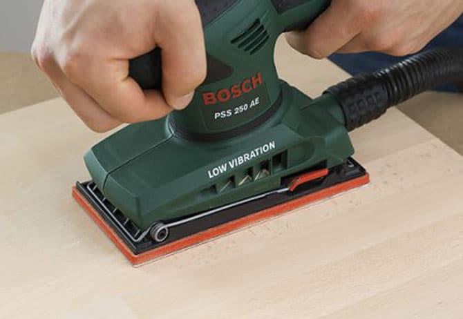 Шлифмашинка считается одним из лучших вариантов для снятия старого покрытия с дерева