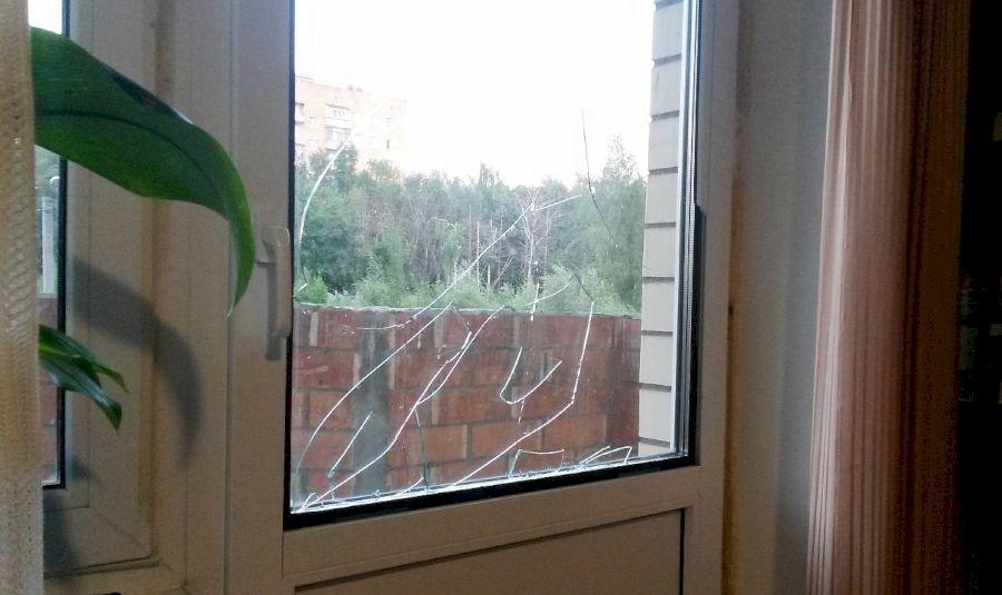 Разбитый стеклопакет на пластиковой двери балкона