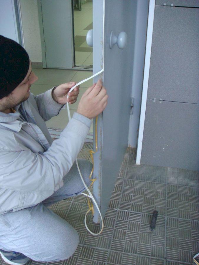 Как приклеить резиновый уплотнитель на металлическую дверь