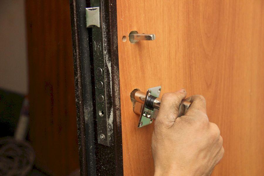 Как отремонтировать замок железной двери